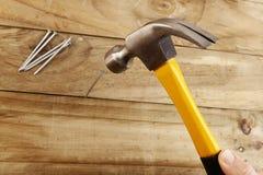 Hammern des Nagels stockfoto