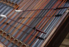 Hammern Sie das Legen auf die Zeichenketten des cimbalom Lizenzfreie Stockfotos