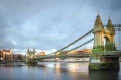 Hammersmith bro över Themsen i London royaltyfri foto