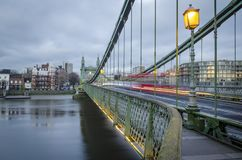 Hammersmith bro över Themsen i London royaltyfria foton