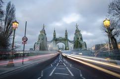 Hammersmith bro över Themsen i London royaltyfria bilder