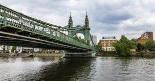 Hammersmith bro i västra London från flodThemsen Arkivfoton