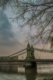 Hammersmith bro ?ver flodThemsen i London, England royaltyfria foton