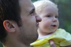 Hamming fader med sonen Arkivbilder