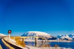 HAMMNOY LOFOTEN, NORGE, APRIL, 10, 2018: Utomhus- sikt av den Gimsoystraumen bron som korsar mellan öarna av Royaltyfri Bild