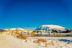 HAMMNOY LOFOTEN, NORGE, APRIL, 10, 2018: Utomhus- sikt av den Gimsoystraumen bron som korsar mellan öarna av Arkivbild