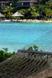Hammock pelo oceano tropical Fotos de Stock