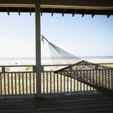 Hammock sul portico. fotografie stock