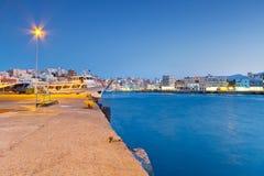 Hamn av Agios Nikolaos på natten på Crete Royaltyfri Fotografi