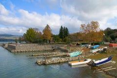 Hamn av den huvudsakliga ön av sjön Trasimeno i Italien Arkivfoton