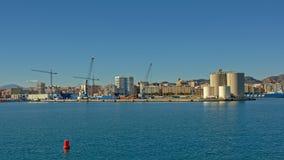 Hamn av Malaga, med industriell silo` s och kranar Royaltyfri Fotografi