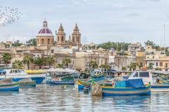 Hamn av Marsaxlokk, ett fiskeläge i Malta. Arkivbild