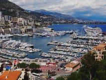 Hamn av Monaco på en molnig dag royaltyfria foton