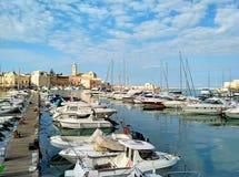 Hamn av Trani, scenisk liten stad i Puglia, Italien royaltyfri bild