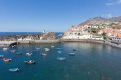 Hamn Camara de Lobos nära Funchal, madeiraö Fotografering för Bildbyråer