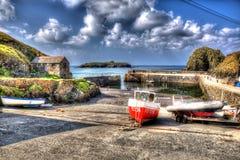 Hamn Cornwall UK för fiskebåtspröjsliten vik i färgglade ljusa HDR Royaltyfri Bild