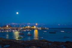 Hamn för nattetidCorralejo hamn Arkivbild