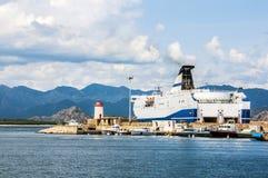 Hamn för port för färja för kustlinjebergsikt stor på sardegnaön i Italien Fotografering för Bildbyråer