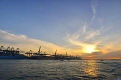 Hamn med en guld- soluppgångsikt Singapore. Arkivfoton