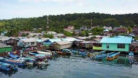 Hamn med fiskarehus och fartyg på havet arkivfilmer