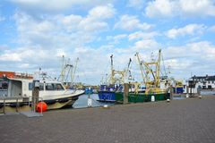 Hamn med skepp på sommardag arkivbilder