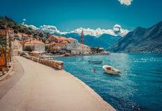 Hamn och fartyg p? den Boka Kotor fj?rden Boka Kotorska, Montenegro, Europa fotografering för bildbyråer