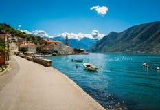 Hamn och fartyg p? den Boka Kotor fj?rden Boka Kotorska, Montenegro, Europa royaltyfri bild