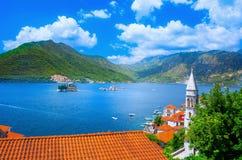 Hamn och forntida byggnader i solig dag på den Boka Kotor fjärden Boka Kotorska, Montenegro arkivbilder