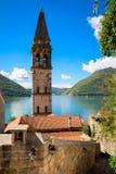 Hamn och forntida byggnader i solig dag p? den Boka Kotor fj?rden Boka Kotorska, Montenegro, Europa royaltyfri foto