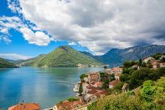 Hamn och forntida byggnader i solig dag p? den Boka Kotor fj?rden Boka Kotorska, Montenegro, Europa royaltyfria bilder