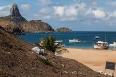 Hamn och Pico Hill Fernando de Noronha Brazil Arkivfoton
