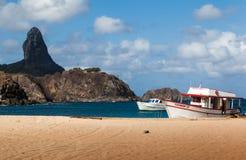 Hamn och Pico Hill Fernando de Noronha Brazil Arkivfoto