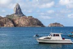 Hamn och Pico Hill Fernando de Noronha Brazil Arkivbild