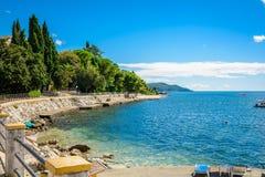 Hamn och strand i solig dag på den Boka Kotor fjärden Boka Kotorska, Montenegro, Europa royaltyfria bilder