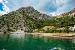 Hamn och strand i solig dag p? den Boka Kotor fj?rden Boka Kotorska, Montenegro, Europa arkivbilder