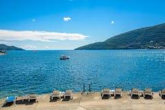 Hamn och strand i solig dag p? den Boka Kotor fj?rden Boka Kotorska, Montenegro, Europa arkivfoto