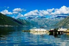 Hamn och yachter p? den Boka Kotor fj?rden Boka Kotorska, Montenegro, Europa arkivfoto