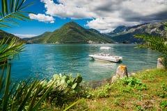 Hamn och yachter p? den Boka Kotor fj?rden Boka Kotorska, Montenegro, Europa royaltyfri foto