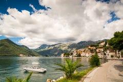 Hamn och yachter p? den Boka Kotor fj?rden Boka Kotorska, Montenegro, Europa royaltyfri bild