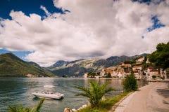 Hamn och yachter p? den Boka Kotor fj?rden Boka Kotorska, Montenegro, Europa royaltyfria foton