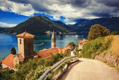 Hamn p? den Boka Kotor fj?rden Boka Kotorska, Montenegro, Europa royaltyfria foton