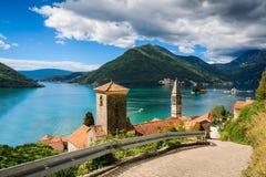Hamn p? den Boka Kotor fj?rden Boka Kotorska, Montenegro, Europa royaltyfri fotografi