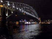 Hamnbro i den perfekta natten fotografering för bildbyråer