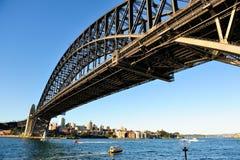 Hamnbro under blå himmel Arkivbild