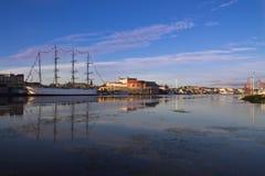 Hamnen av Göteborg i morgonen med seglar skeppet royaltyfri foto