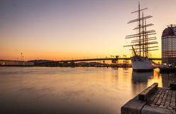 Hamnen av Göteborg med ett seglingskepp ankrade tidigt på morgonen, Sverige Royaltyfri Foto