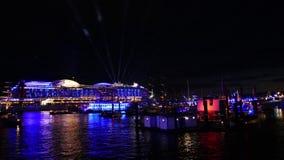 Hamnen Hamburg, Tyskland, på natten med härliga ljus Arkivfoto