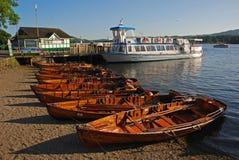 Hamnen på Ambleside det närliggande hotellet Waterhead bredvid Borrans parkerar Fotografering för Bildbyråer