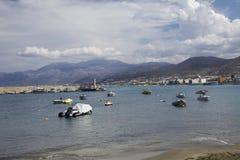 Hamnhamnplatsen i Hersonissos, Kreta fartyg som fiskar port arkivfoto