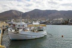 Hamnhamnplatsen i Hersonissos, Kreta fartyg som fiskar port fotografering för bildbyråer